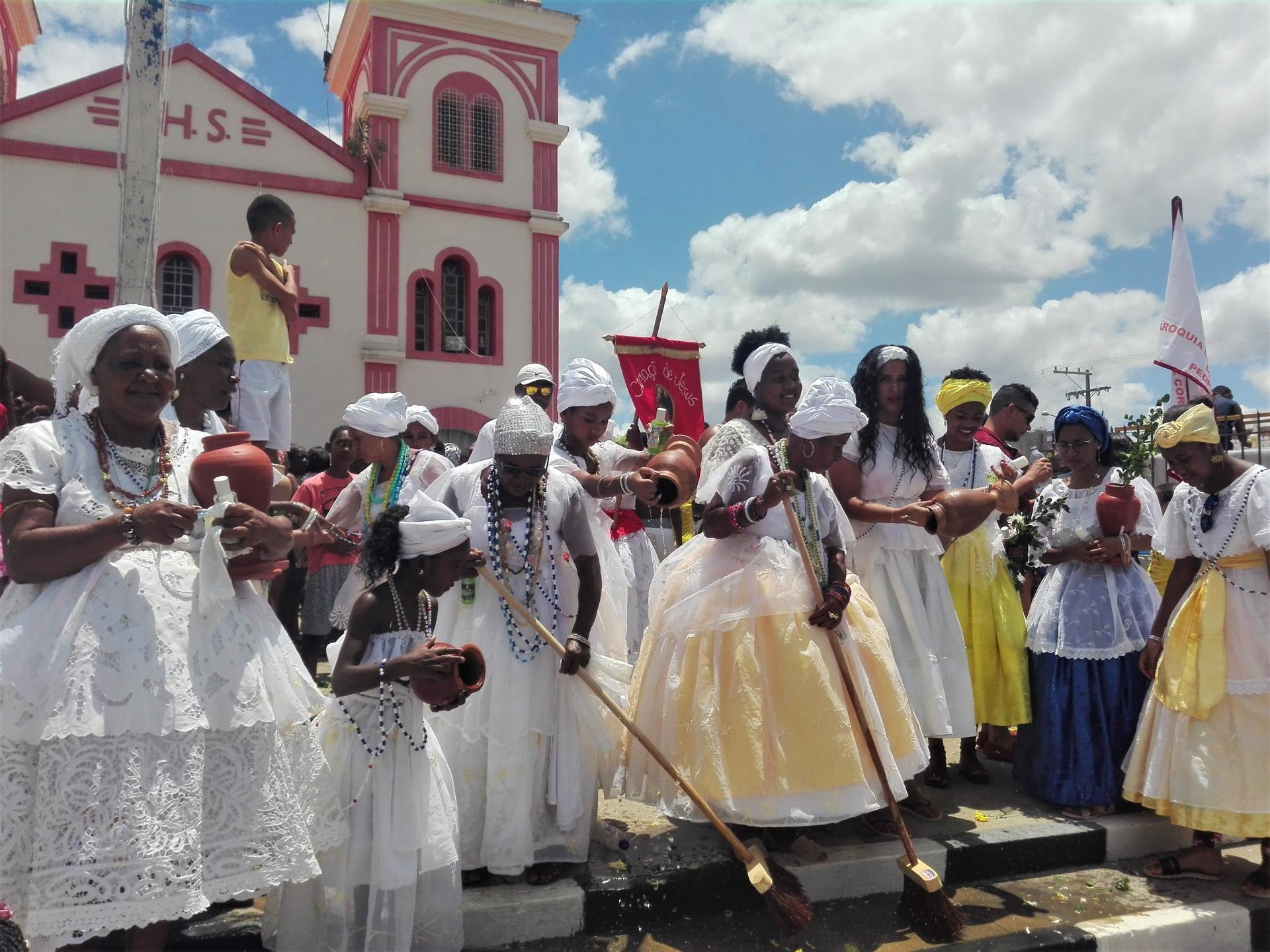 Baianas sweeping in front of a church