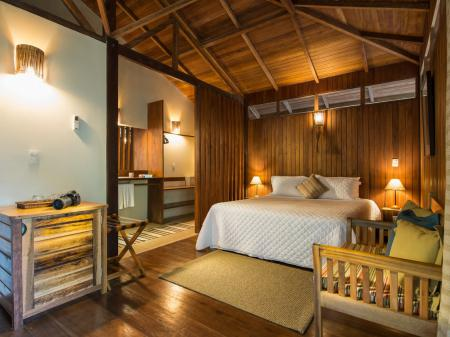 A cozy room with wooden structure at Anavilhanas Jungle Lodge