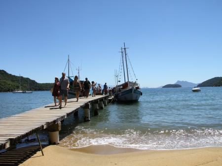 Visitors coming back from a boat trip around Ilha Grande