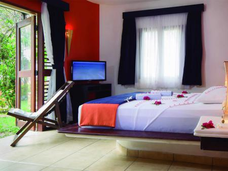 Example of a double room with flowers and access to the garden at Hotel My Blue in Jericoacoara