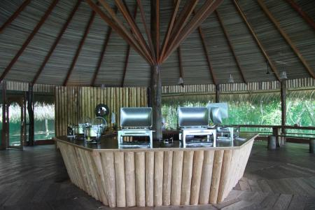 Amazon Juma Lodge: Restaurant with large wooden roof and open space