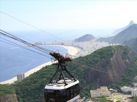 A ropeway on its way up to Sugarloaf