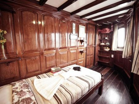 Motor Yacht Tucano: Picture of a blue stateroom