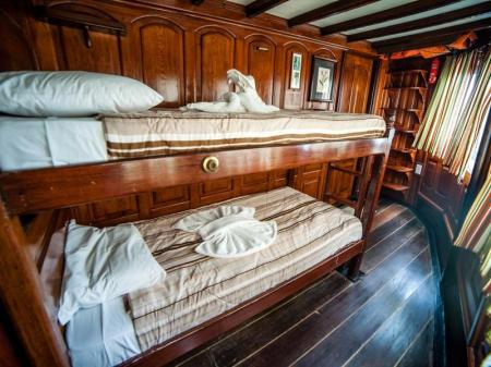 Motor Yacht Tucano: Picture of a green stateroom